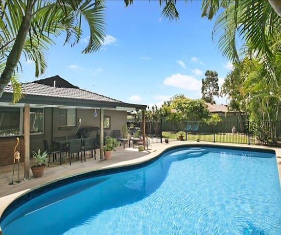 Pool, Sun & Friendly Hosts - Mermaid Waters - Дом