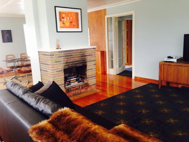 The Top Flat - stylish & great views - Mount Stuart - Departamento