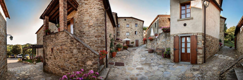 Tuscan Medieval Village Aparment w private garden - Subbiano - Ev