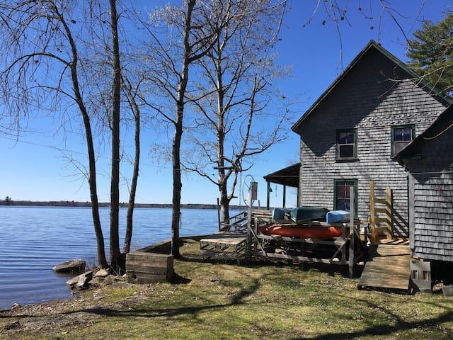 Rustic Lake Side Cabin - Unity - Houten huisje