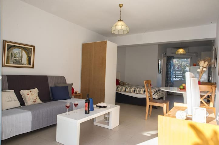 """""""Chic and comfy studio"""" just 150m from the beach - Kalamata - Apartemen"""