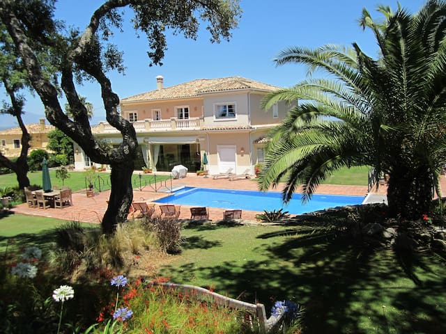 Superbly located, golf front villa - San Roque - Rumah