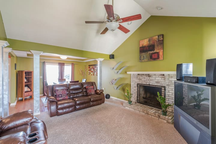 Awesome Space! Roomy & Open,10 M from Downtown! - Cleveland
