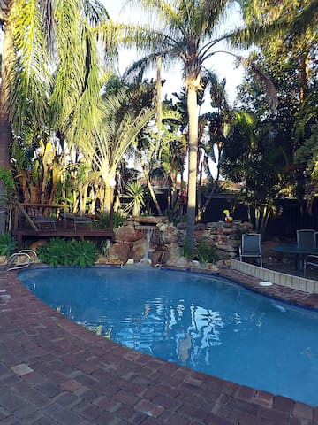 Queen room with tranquil pool and garden setting. - Wanneroo - Talo