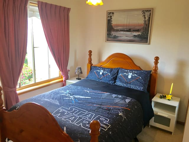 Comfy DOUBLE BED with beautiful view - Albion Park