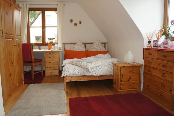 Schönes ruhiges Zimmer, city-naturnah - Merzhausen - Hus