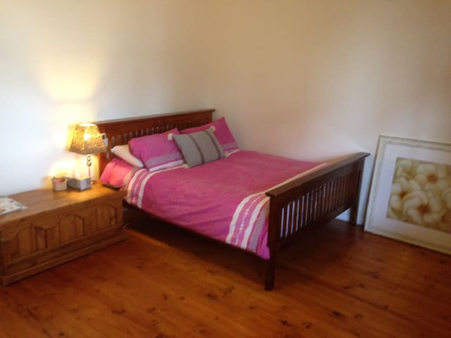 Bay Views, Luxury Sheets, Air Con-TV, B/fast items - Lovely Banks