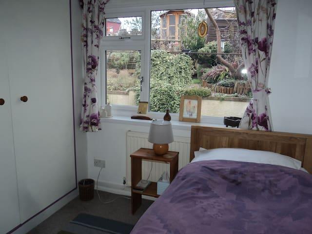 Quiet room overlooking the garden - Stroud - Bungalow