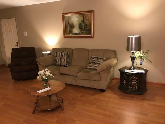 Cozy 2 Bedroom Apt near Crocker Park & 480 - Olmsted Falls - 公寓