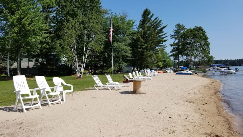 Lakefront Romantic Cottage. WiFi & Directv. Relax. - Gaylord - Hytte
