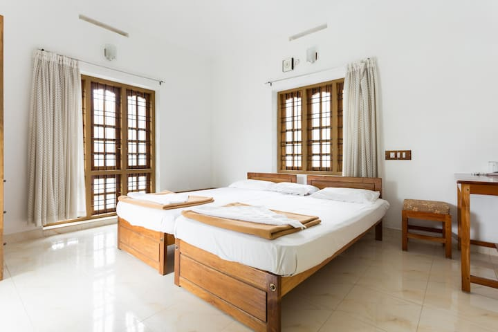 Cozy, Spacious 2 rooms at Oriole Homestay - Kumily