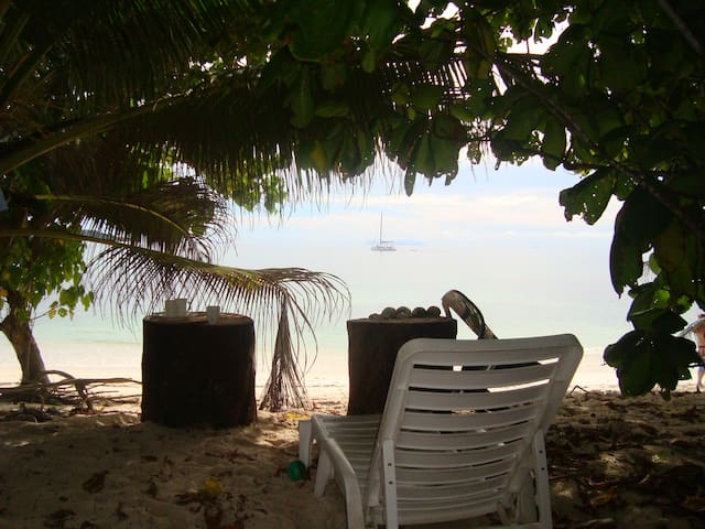 Beachfront hideaway in perfect tranquility - Anse Kerlan - Bungalov