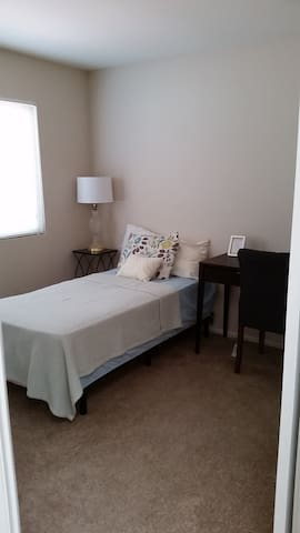 Comfortable room in gated community NEXT to ARMC - Colton