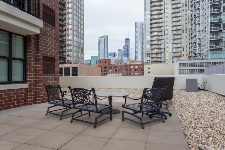 Quiet River North Haven w/ Terrace; Prime Location - Chicago - Wohnung