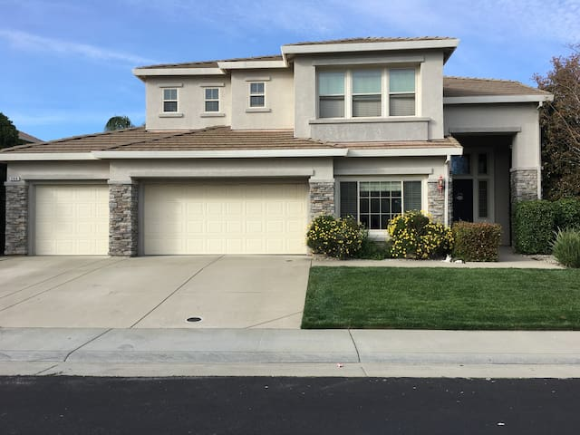 Large room, separate office, pool, spa. - Roseville