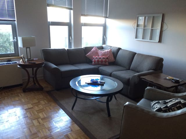 Large, sunny 1bd in heart of downtown Stamford - Stamford - アパート