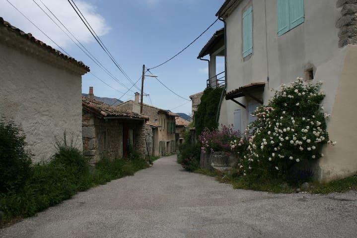 Maison de village avec jardin - Recoubeau-Jansac - Huis