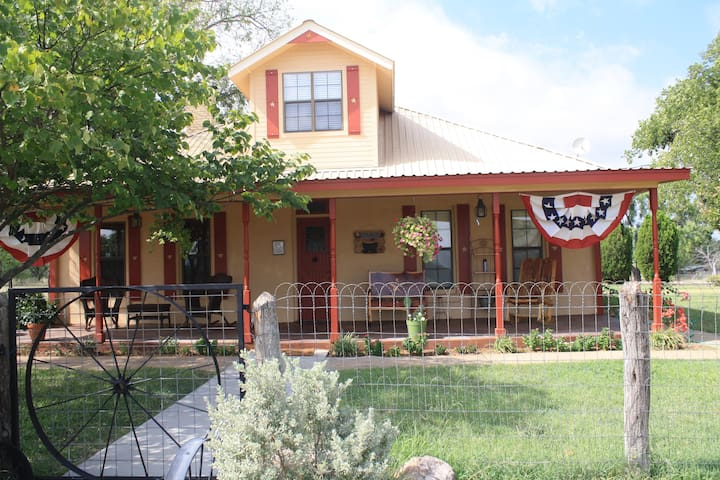 Circle Your Wagons Bed and Breakfast - Llano - Bed & Breakfast