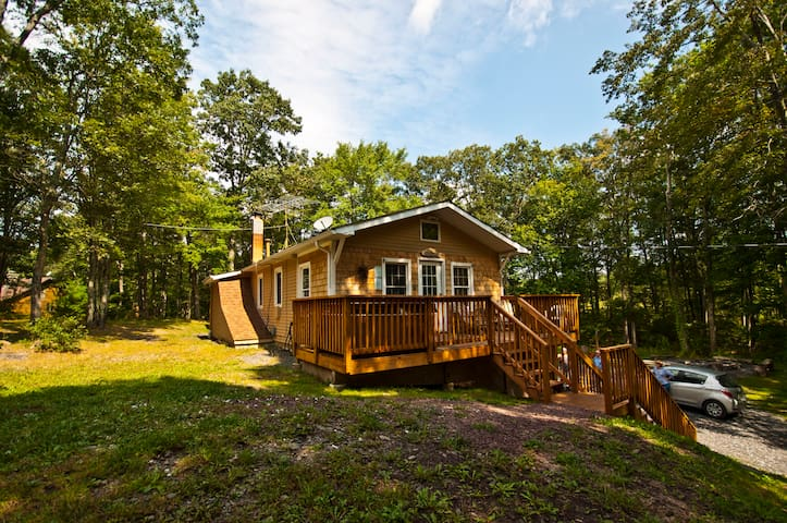 Private 4 BR Forest Retreat--10 Acres--Hot Tub!! - Dingmans Ferry - Maison