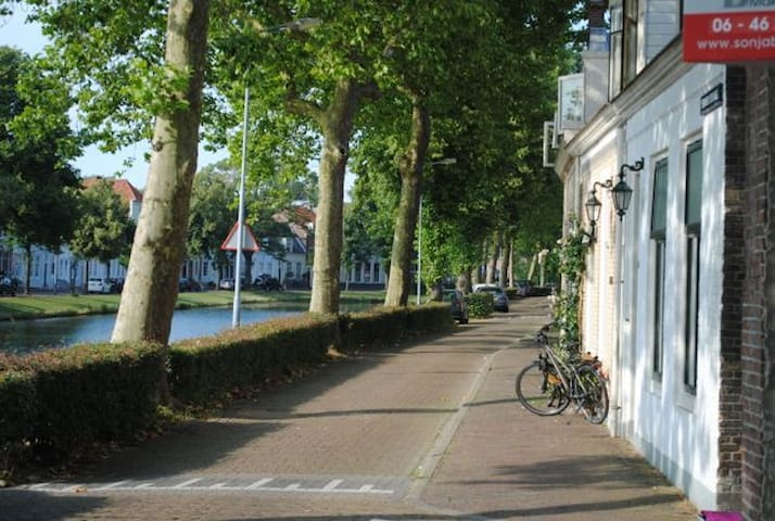 Sunny modern apartment (45m2) on tree-lined canal. - Middelburg - Apartemen