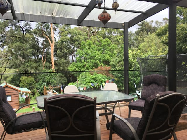 Spread out in a family home in north-west Sydney - North Rocks - Rumah