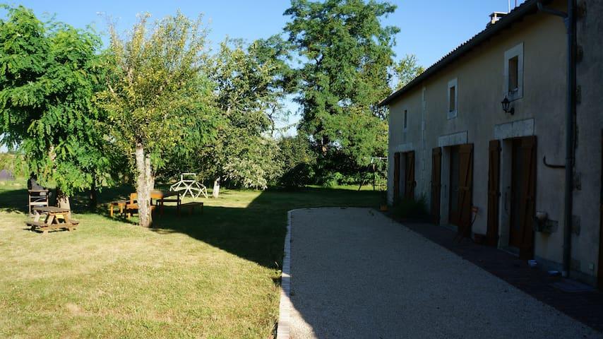 Maison confortable dans petit coin de verdure - Vivonne - Huis