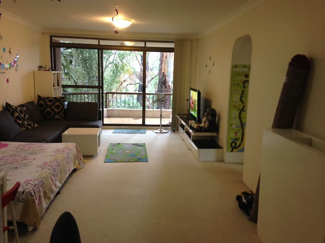 Sunny apartment with Greenery all around - Epping - Leilighet