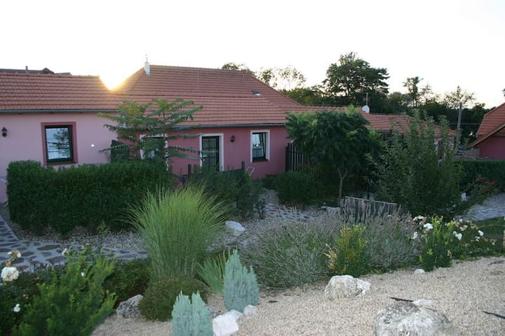 APARTMENT WITH PROVENCE-STYLE GARDEN, PLAYGROUND - Hlohovec - Bed & Breakfast