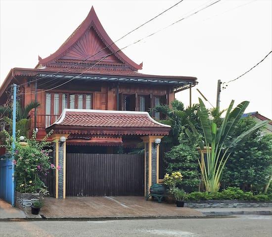 New Lao wooden house near centre - Vientiane - Maison