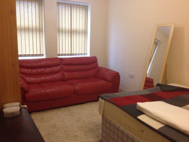 Perfect room next to Uxbridge stat and Brunel uni - Uxbridge - Appartement
