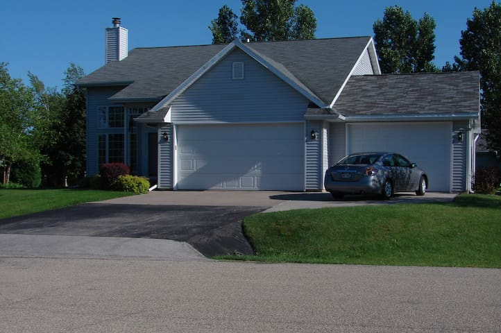 4 Bedroom ready for EAA AirVenture - great price! - Oshkosh - Huis