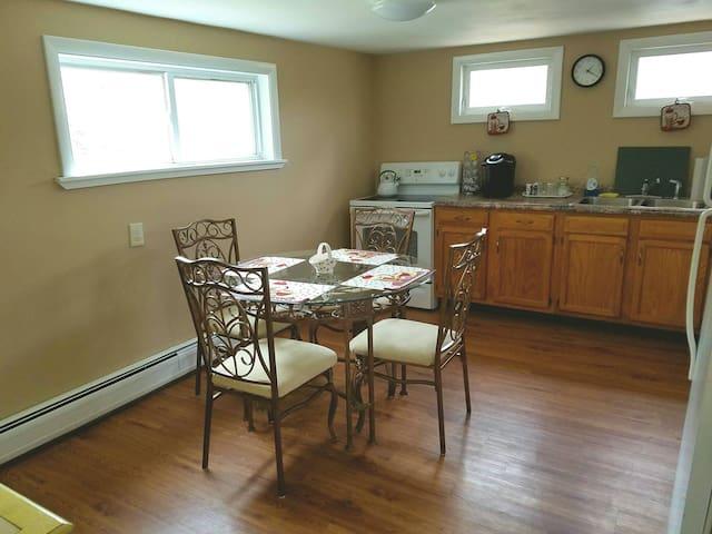 Quiet 2 bedroom, 2nd floor, entire apt. 6 beds - Easton - Lägenhet