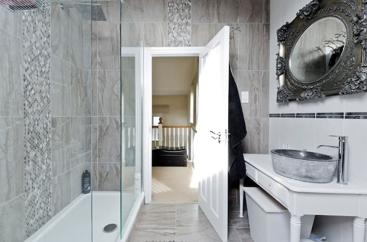 A luxury suite for up to 4 people. - Shepperton - Huis