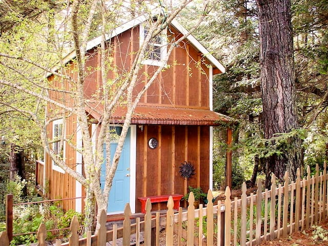 Cozy Cottage in the woods, walk to beach. TAX INCL - Mendocino