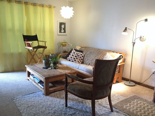 Spacious 1 Bed, Full Kitchen, Low-Key Vibe - Aspen - Appartement
