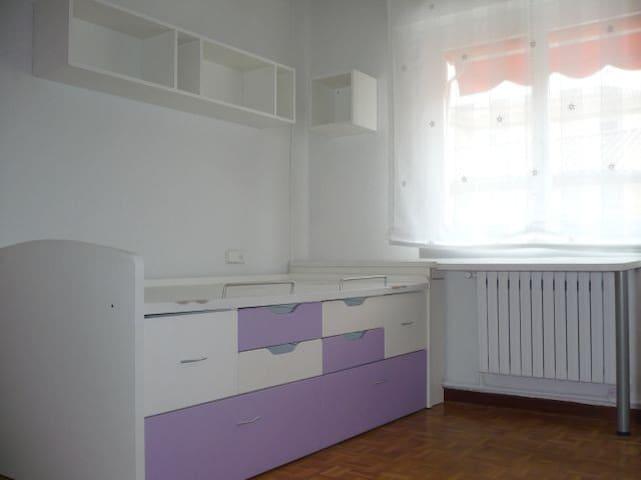 Cozy room in Pamplona / Habitación en Pamplona - Pamplona - Hus