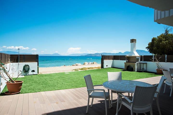Villa Tasos on the beach - Kiato - Huis