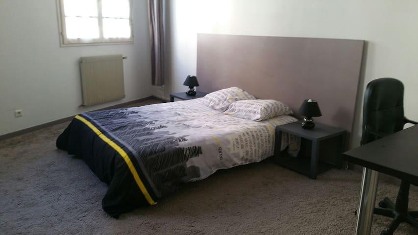 Chambre spacieuse - Aulnat  - Casa