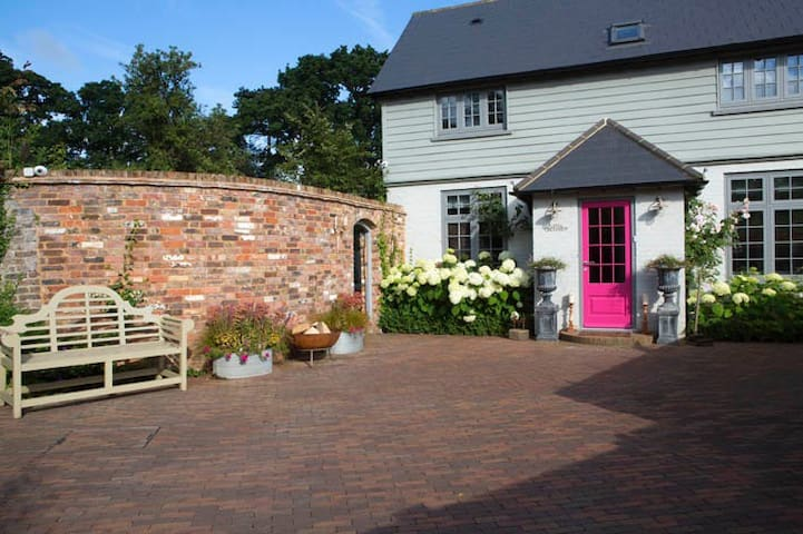Beautiful, contemporary cottage - Outwood - Rumah