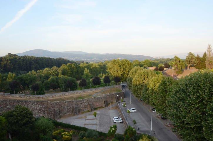 Au centre des murailles fortifiées de Monçao - Viana do Castelo District - Departamento
