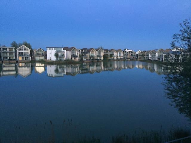 Contemporary Lakeside En-Suite - Somerford Keynes - House
