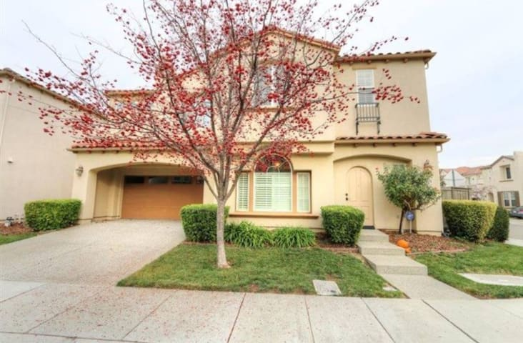 Private Room in Lovely Natomas Home - 薩克拉門托