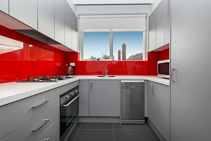 1BR, NEWLY RENOVATED APARTMENT, CENTRAL LOCATION - Caulfield