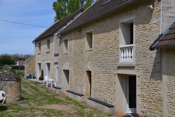 GITE JONQUILLE  ANCIENNE LONGERE AU CALME - Graye-sur-Mer - Appartement