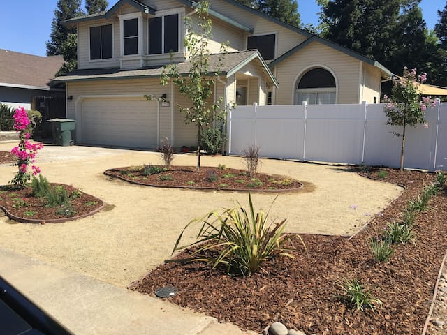Beautiful Home In West Roseville w/ Amazing Host! - ローズビル - 一軒家