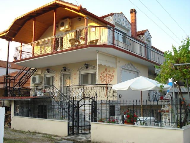 Asprovaltahouse/groundfloor apartment on the left - Asprovalta - Apartamento