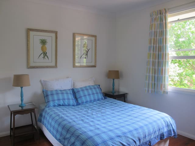 Bright Queen Bed Room, shared bathroom - Lindfield - Huis