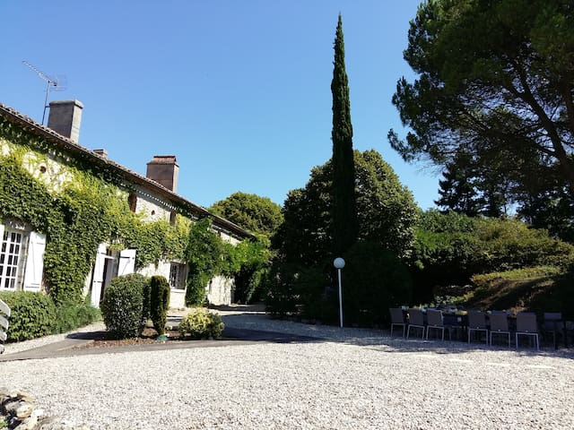 Big Manor Sleeps 16, Private Pool, Bar, Pizza Oven - Lagarrigue