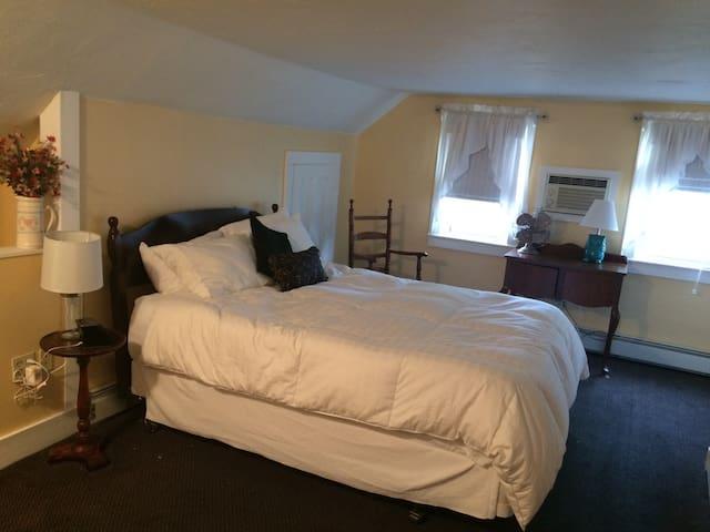 White Mountain B&B. Queen Room - Campton