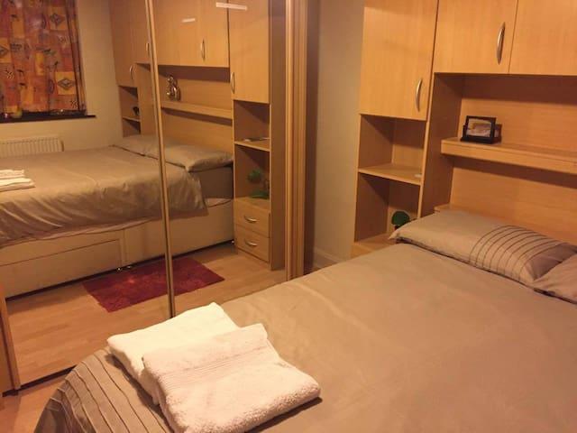 Clean Double Bed Room near Heathrow - West Drayton - Rumah